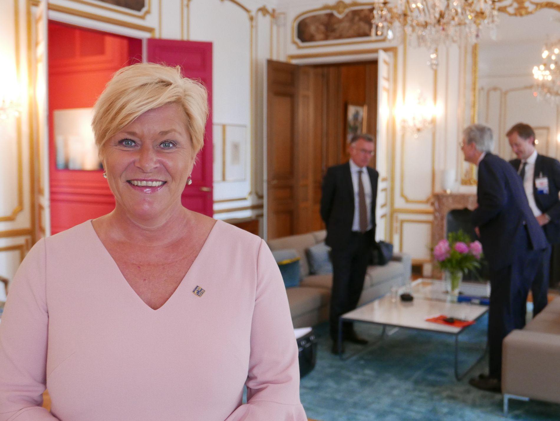 TILFREDS: Finansminister Siv Jensen sier seg enig i rapportens vurderinger, som ble offentliggjort på OECD-møtet i Frankrikes hovedstad onsdag formiddag. Jensen rakk et besøk på Norges ambassade i Paris.
