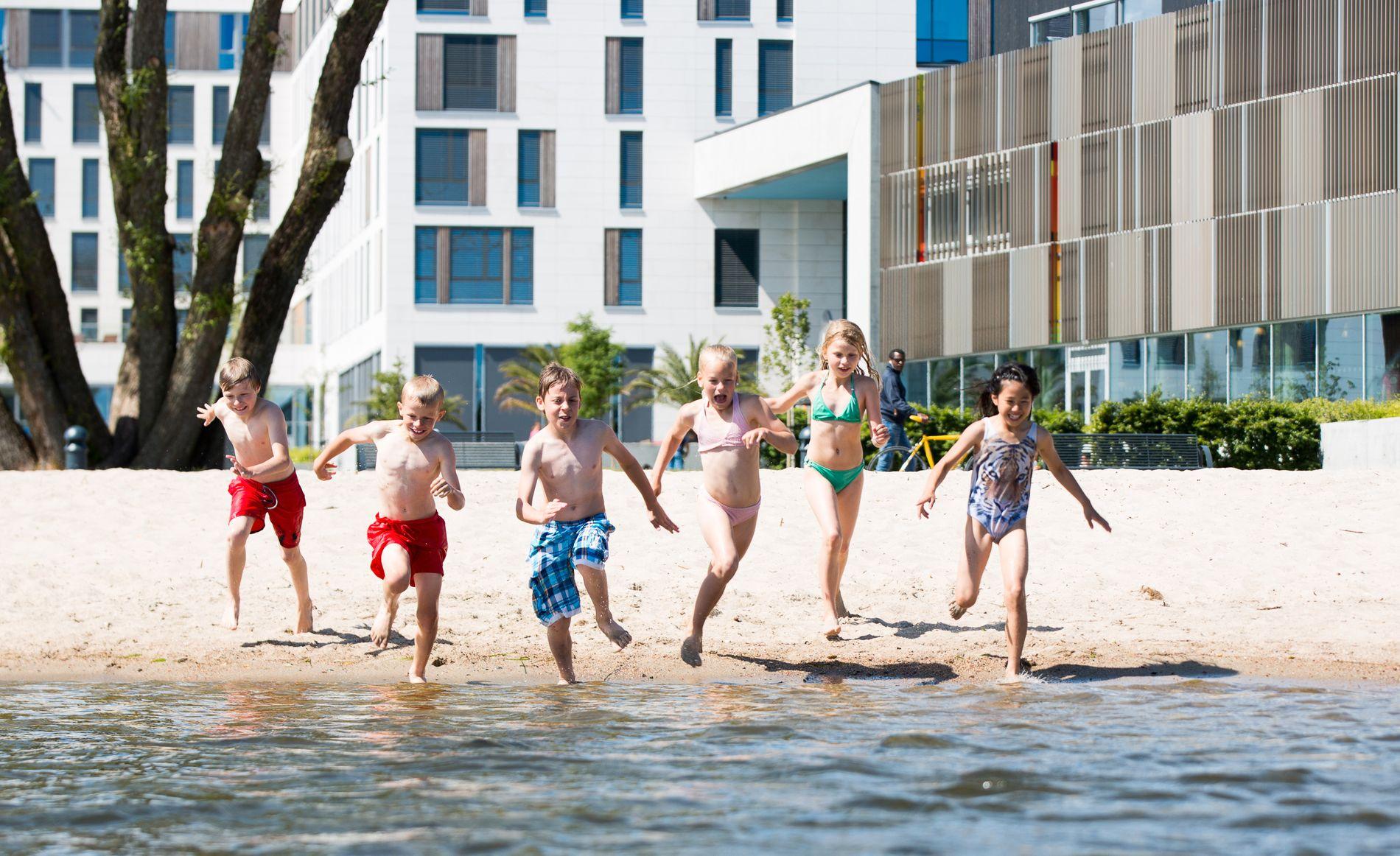 SYDENFØLELSE: Finkornet sand, sjøluft og badeland gjør Bystranda i Kristiansand til en svært populær destinasjon for turister – og barnefamilier.