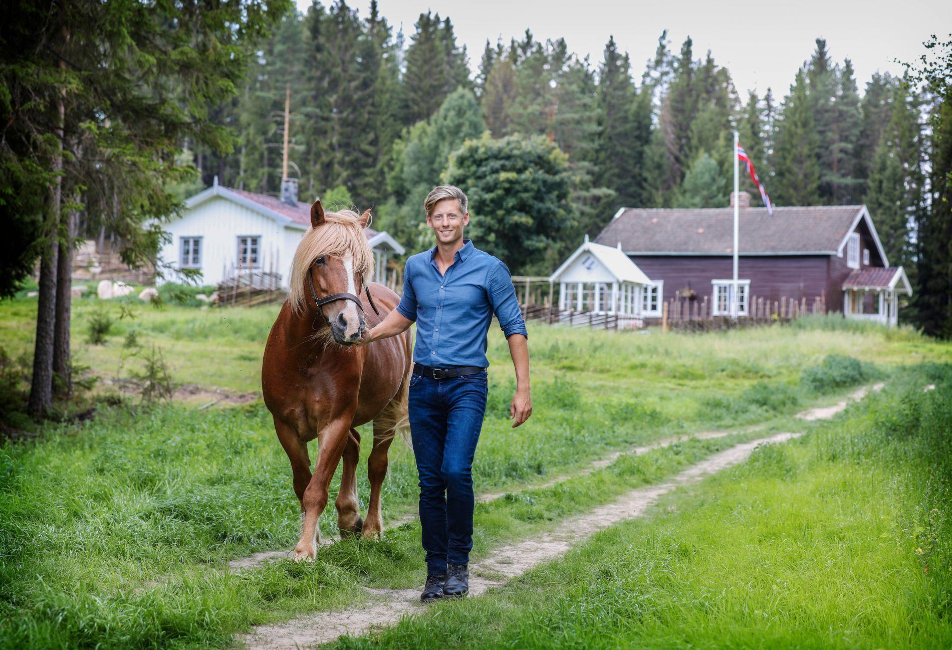 TIL HEDMARK: Programleder Gaute Grøtta Grav er klar for nok en runde av «Farmen», som i høst foregår i Finnskogen i Grue kommune i Hedmark.