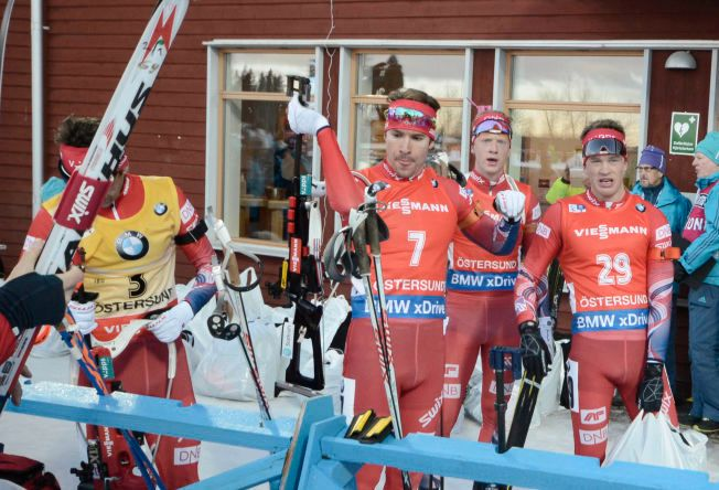 INGEN NORSK TRIUMF: De norske skiskyttergutta titter bort på måltavlen etter fellesstarten. Der sto beste nordmann på 4. plass, Tarjei Bø.