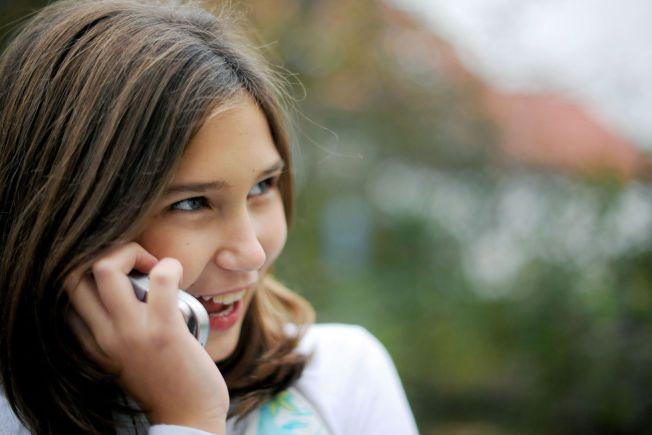 HOLD FAST PÅ MOBILEN: Ferie er høysesong for stjålne mobiltelefoner. Her er rådene for hvordan du blir best mulig rustet dersom uhellet skulle være ute. Illustrasjonsfoto: Frank May / NTB scanpix