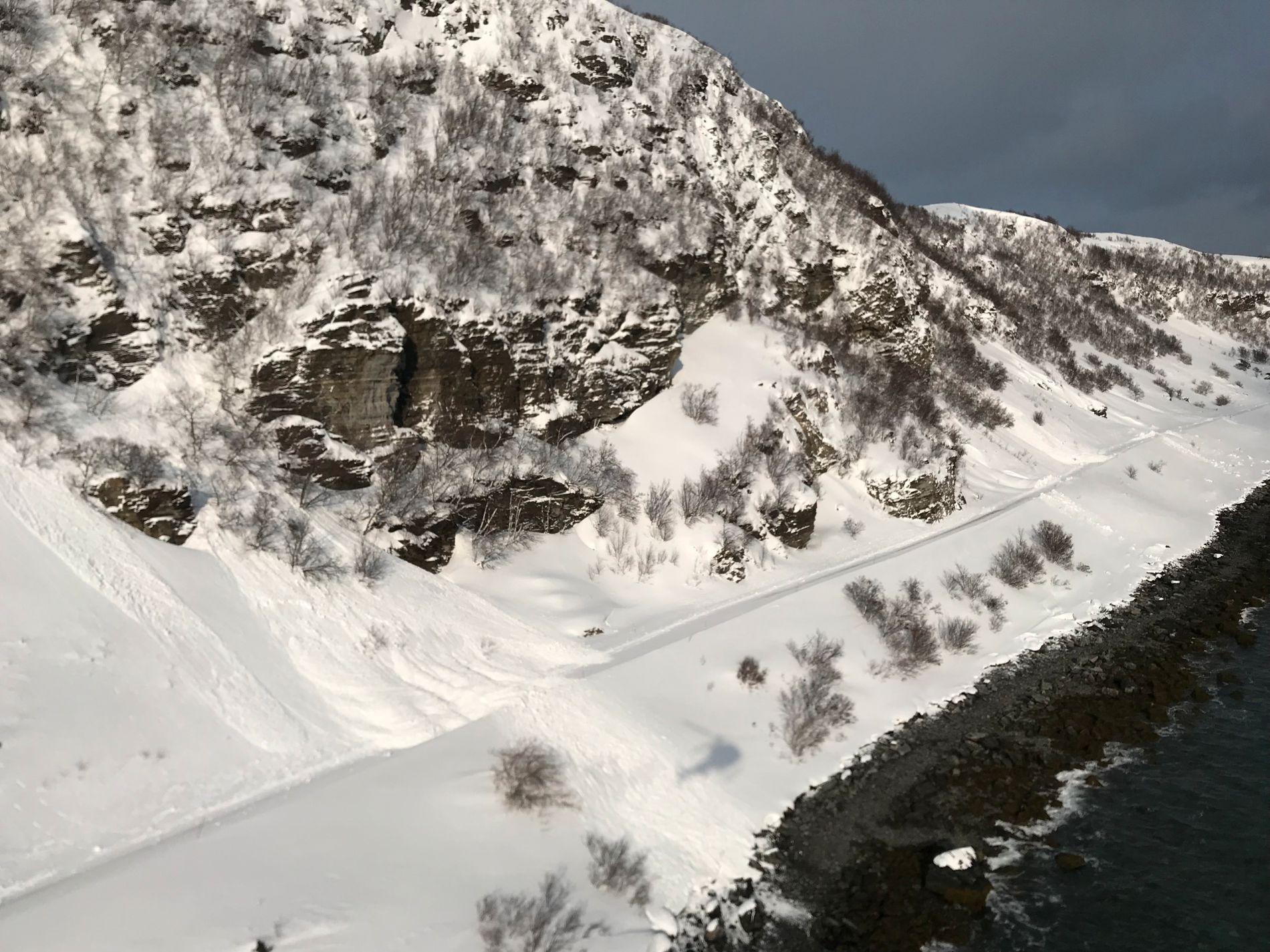 STENGTE VEIER: Flere steder har det gått skred langs veiene i Finnmark. Dette bildet er tatt fra helikopter.