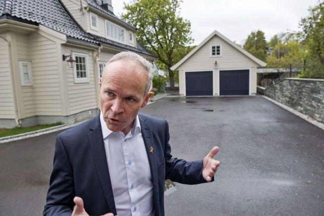 SÅÅÅ STOR: Jan Tore Sanner viser fram en garasje som vil være innenfor lovforslaget om at du slipper å søke eller varsle naboen om bygg inntil 50 kvadratmeter.