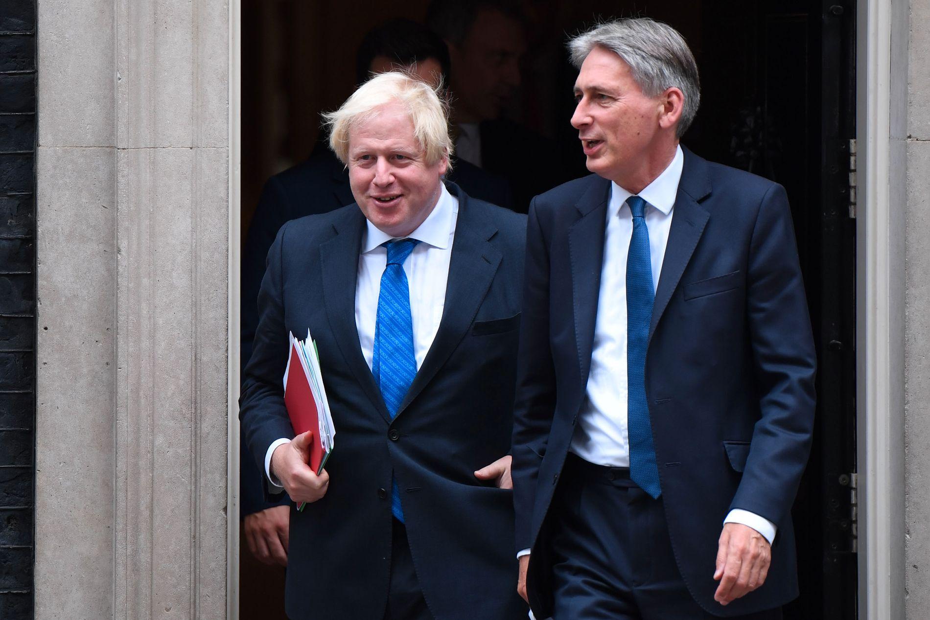 BEDRE TIDER: Stemningen var god da dette bildet ble tatt i september 2017. Nå er ikke Boris Johnson og finansminister Philip Hammond (t.h.) så gode venner lengre.