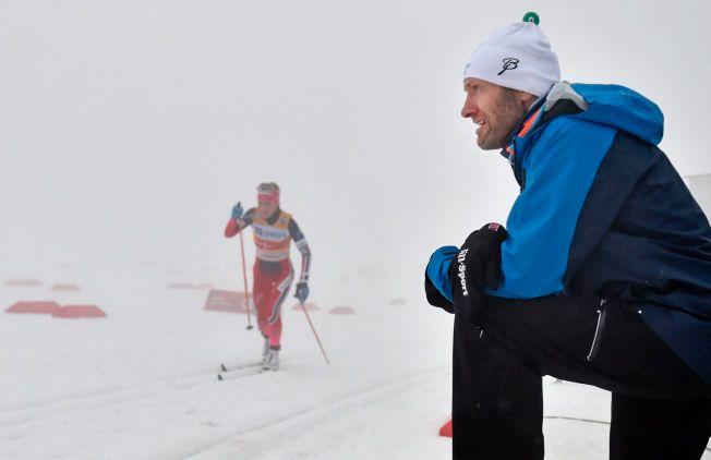 OPPGJØR: Odd-Bjørn Hjelmeset synes det er blitt mer fyll i Holmenkollen etter at det ble fellesstart. Her på jobb for TV 2 med Therese Johaug i bakgrunnen i søndagens verdenscup.
