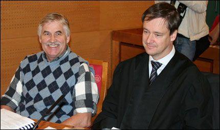 TILTALT FOR RASISME: Vigrid-leder Tore Tvedt (t.v.) møtte i dag i retten sammen med sin advokat John Christian Elden. Foto: VG Nett