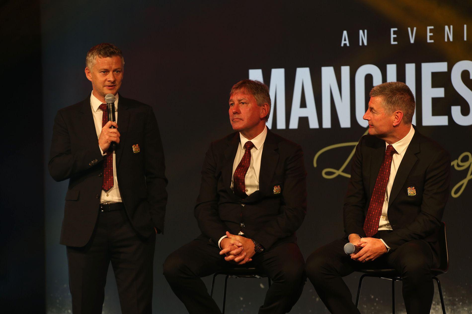 SNAKKET TIL SUPPORTERNE: Ole Gunnar Solskjær møtte United-fansen i Australia. På scenen var også Bryan Robson og Dennis Irwin.