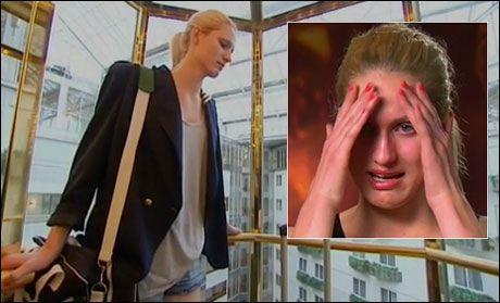GRÅTENDE UT: Frida Mathea Kocian (17) var skuffet over nederlaget i «Top Model», men mener hun har høstet mye nyttig erfaring i de ukene hun var med. Foto: TV3