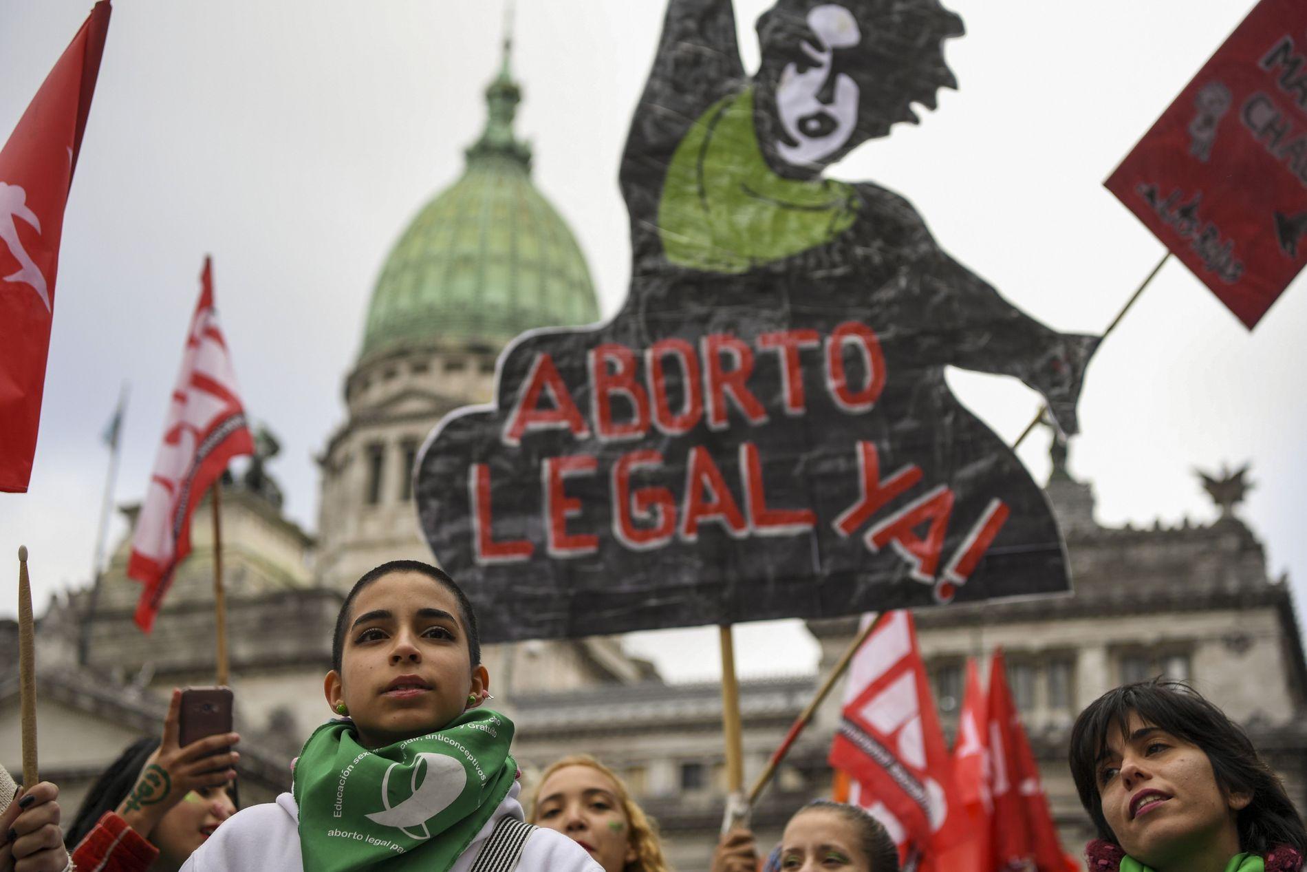 TROSSET KULDEN: Titusener av kvinner ikledd grønne skjerf - som er blitt et symbol på abort-bevegelsen i Argentina - trosset kulden utenfor Kongressen i Buenos Aires gjennom den 20 timer lange debatten om abort i nasjonalforsamlingen onsdag og torsdag.