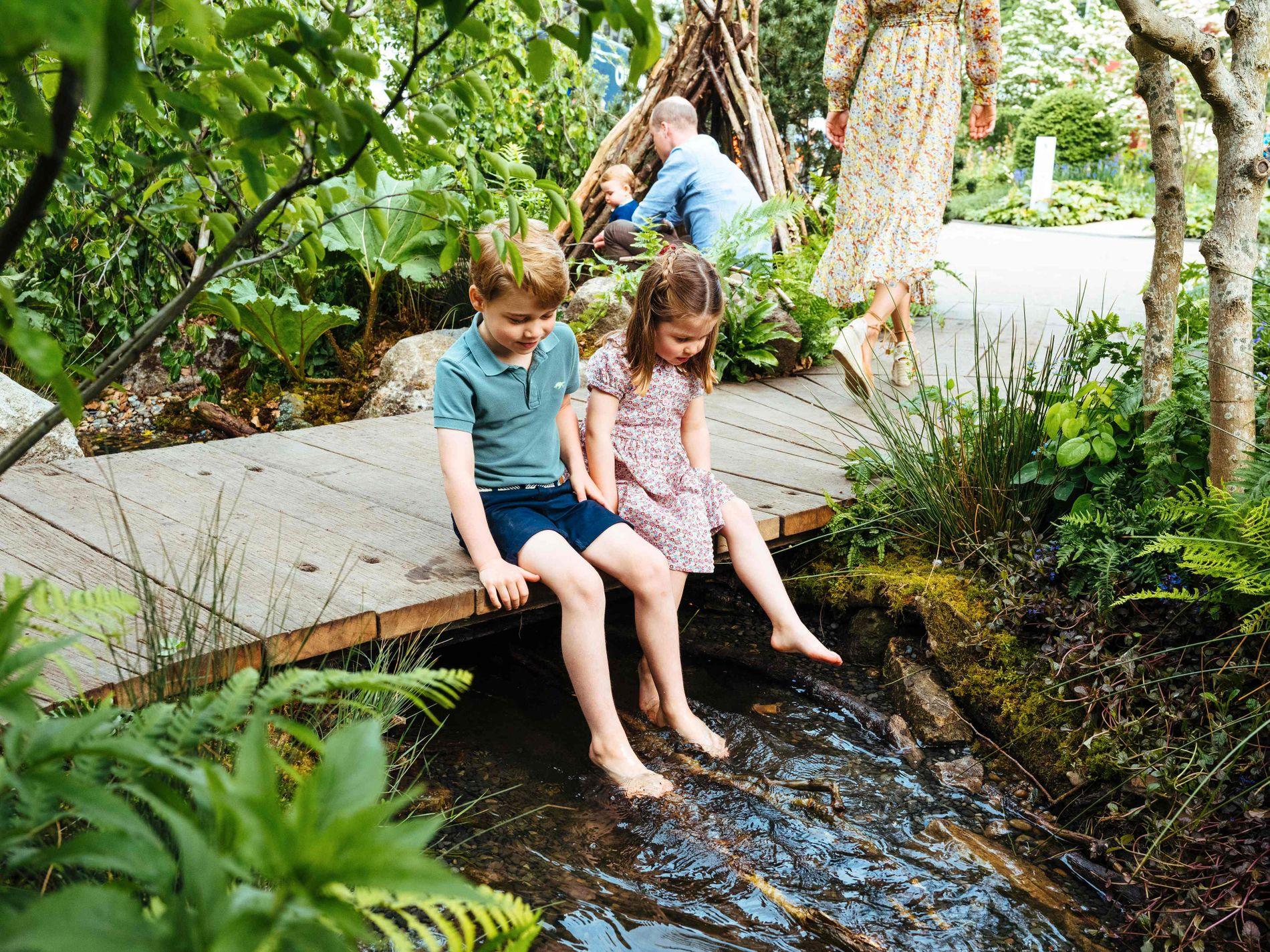 KOSER SEG: Prins George og prinsesse Charlotte storkoste seg i sin «egen» hage.