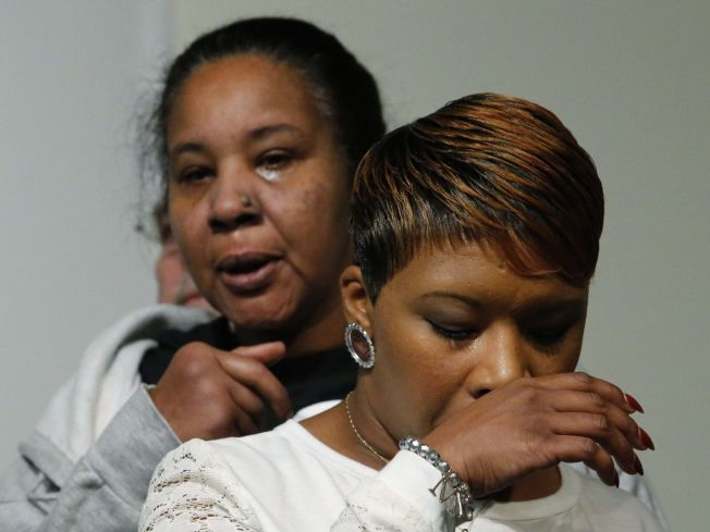 I SORG: Lesley McSpaddens (t.h.) sønn ble skutt og drept av politiet i august. Esaw Garners ektemann ble kvalt av politiet under en arrestasjon i november. Begge er fortvilet over at svarte amerikanere ikke blir behandlet rettferdig av politiet. Foto: AFP