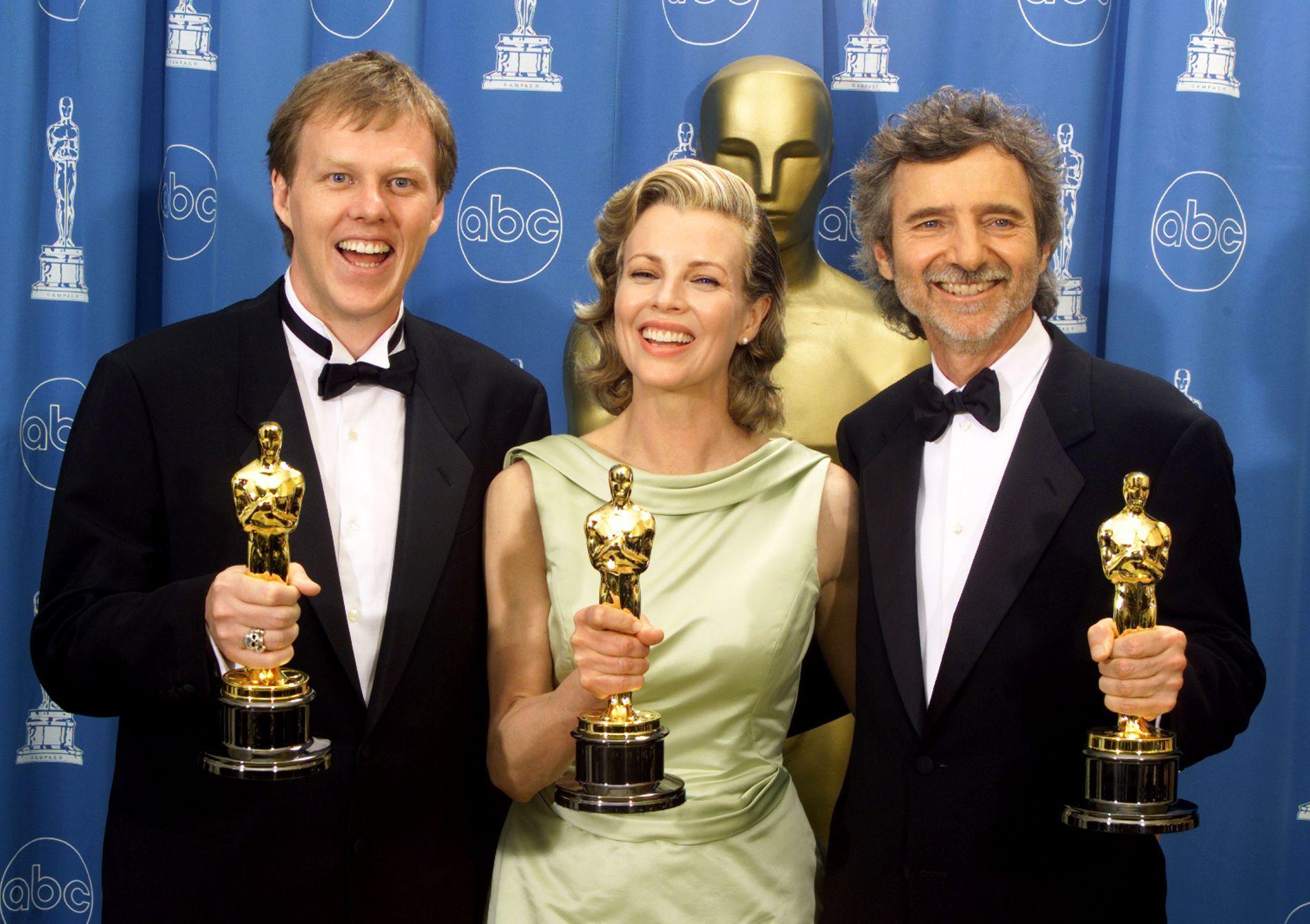 DET STORE ÅRET: Curtis Hanson (til høyre) etter Oscar-utdelingen i 1998 som sikret ham Oscar for beste tilrettelagte manus, og Kim Basinger (i midten) Oscar for beste birolle. Til venstre medmanusforfatter Brian Helgeland.