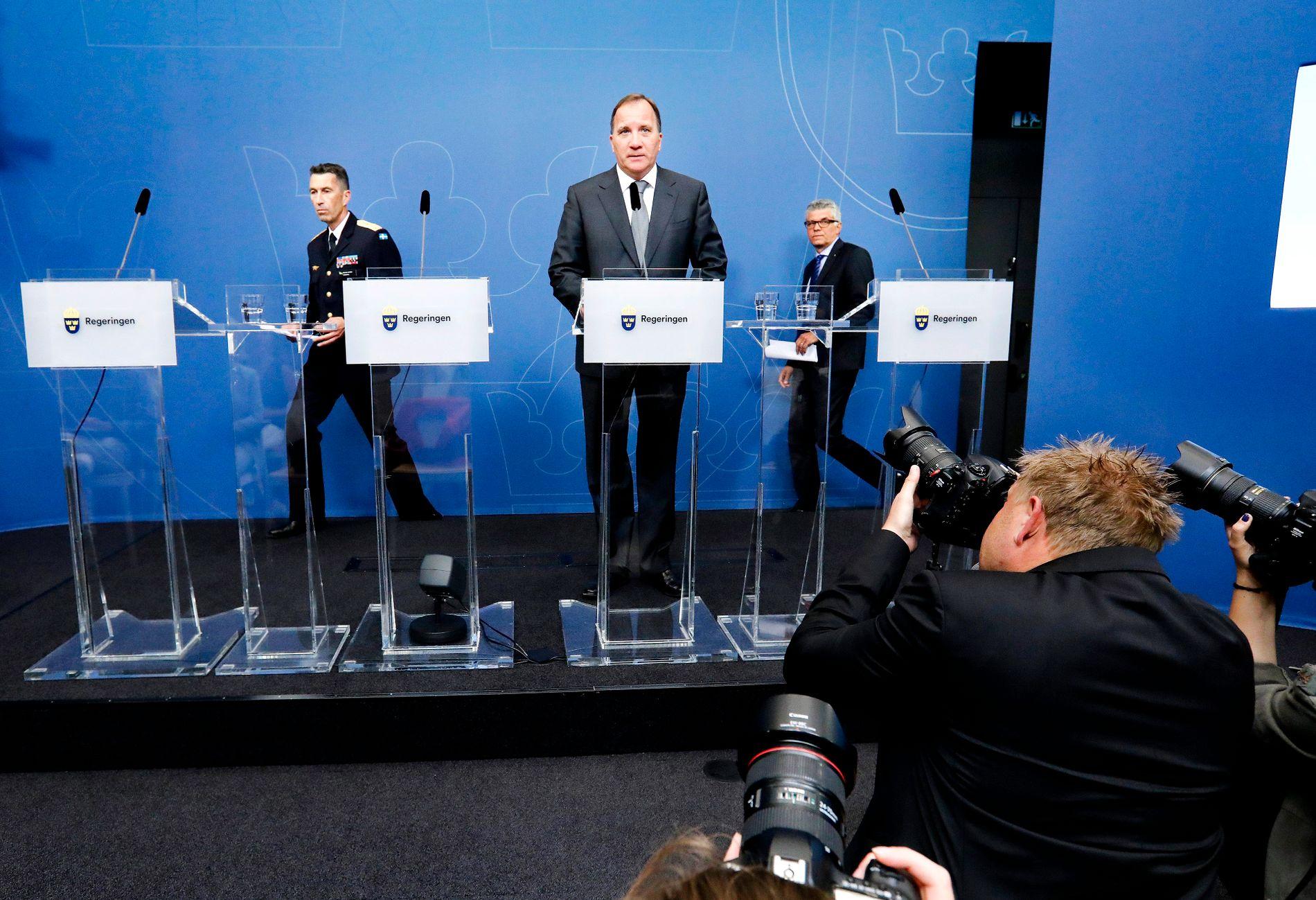 IT-SKANDALE: En IT-skandale kan felle den svenske regjeringen. Sveriges statsminister Stefan Löfven (i midten), SÄPO-sjef Anders Thornberg (t.v.), og Jonas Bjelfvenstam, generaldirektør i Transportstyrelsen (t.h.) har de siste dagene måtte svare for seg etter at det ble kjent at sensitiv informasjon kan ha kommet på avveie til utlandet.