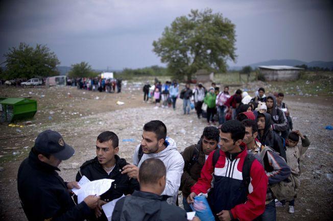 VENTER VED GRENSEN: Flyktninger venter ved den gresk-makedonske grensen nær Gevgelija på tirsdag.