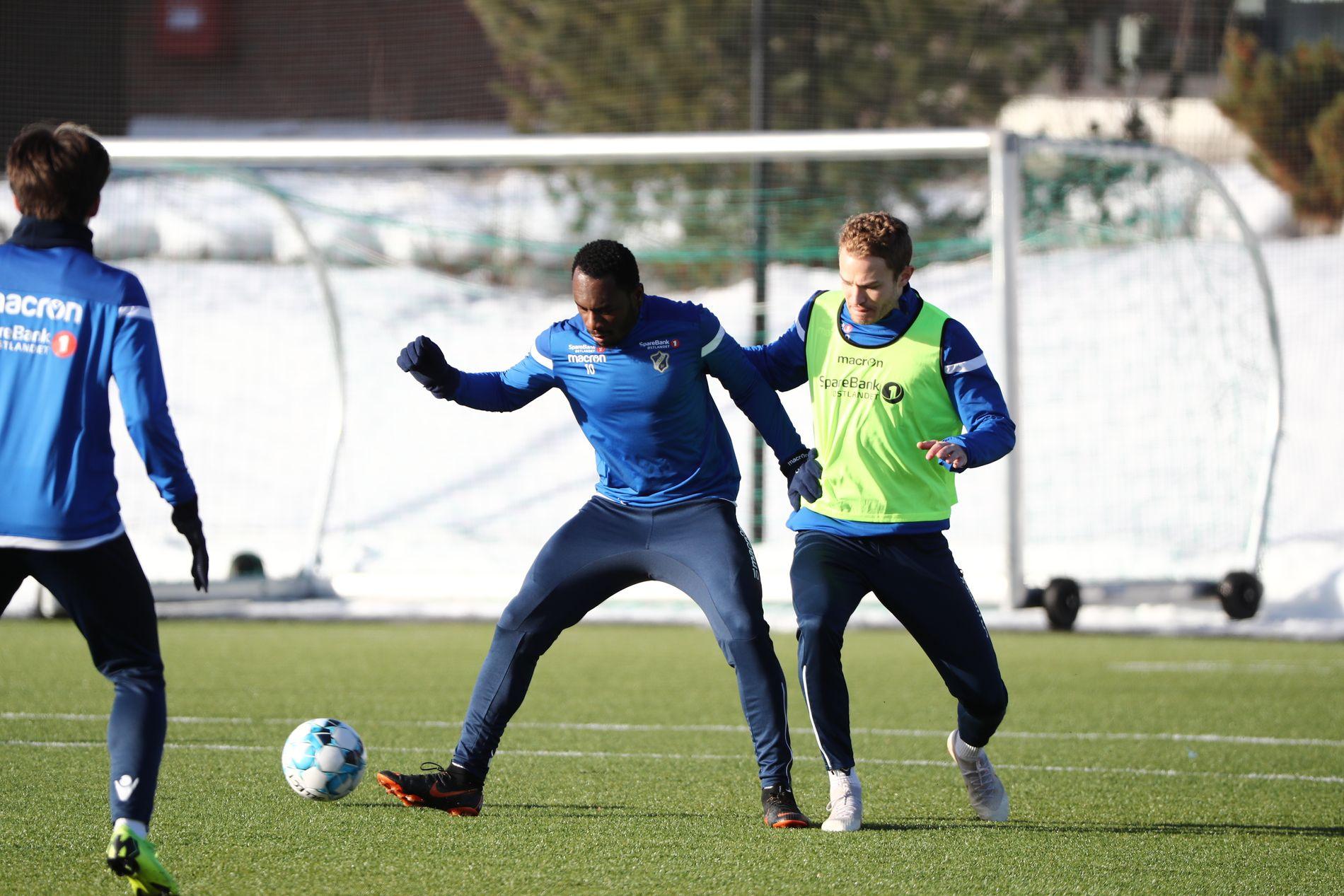 ETTERTRAKTET: Franck Boli kan havne i Kina før februar har blitt til mars. Her er spissen i duell med midtstopper Steinar Strømnes på onsdagens Stabæk-trening.