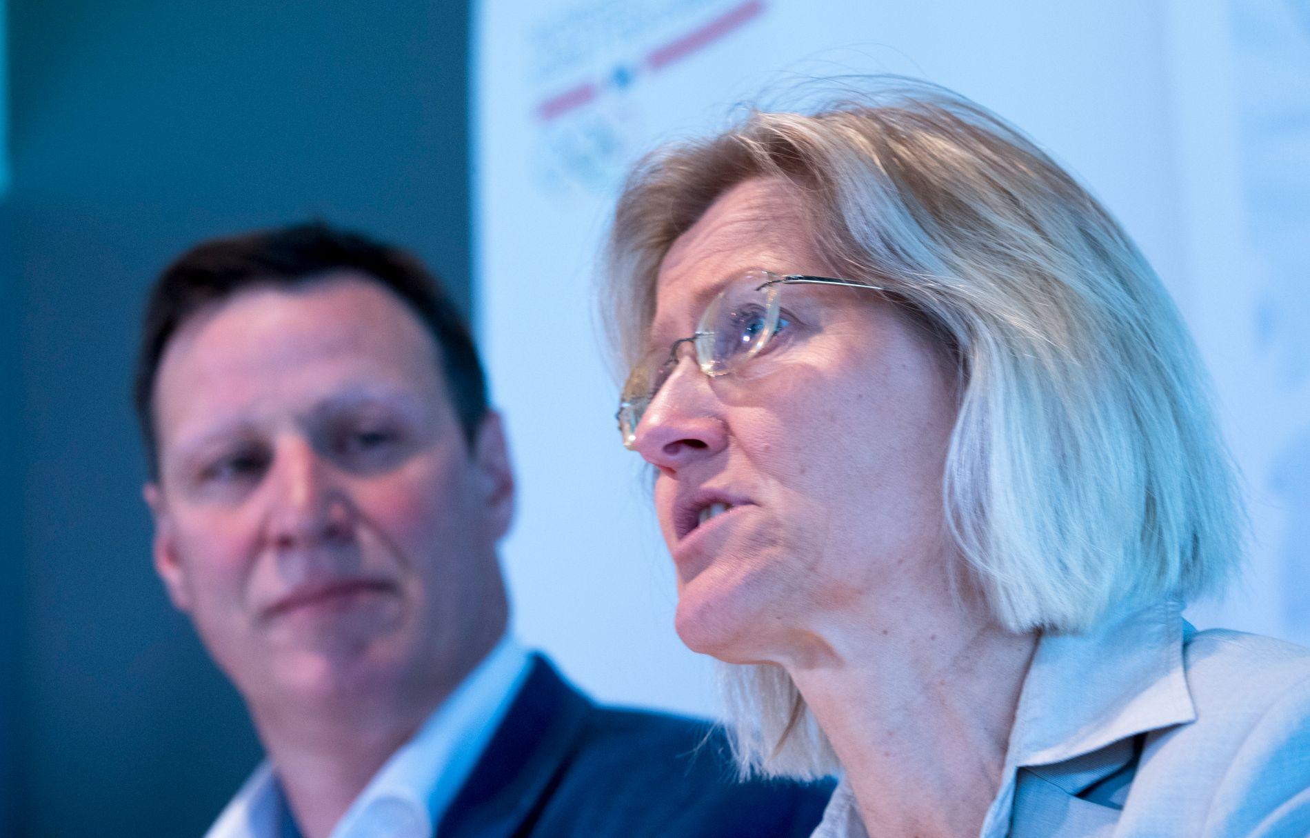 VENTER MED LÅN: NIF-generalsekretæt Karen Kvalevåg vil ikke låne ut penger før sykkelmedlemmene har sagt sitt. I bakgrunnen NIF-president Tom Tvedt.