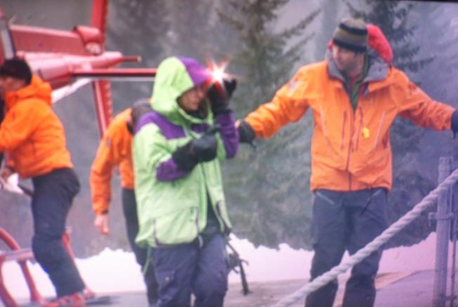 FUNNET: Her er Julie Abrahamsen akkurat funnet etter å ha vært alene i skogen i tre døgn ved Blackcomb-fjellet. Foto: Pat Bell/ Global News