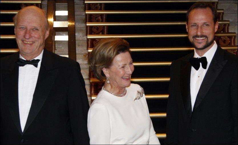 FESTKLAR: Kong Harald (fra venstre), dronning Sonja og kronprins Haakon er på vei til bursdagsfest. Foto: Scanpix.