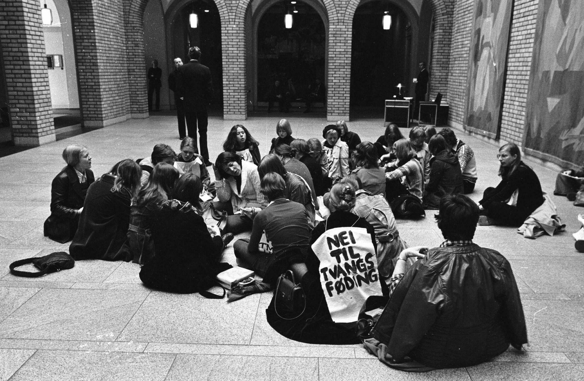 JA TIL FRI ABORT:  Abortdemonstrasjon i stortinget 25. april 1975. De tapte saken da et medlem i SV stemte imot fri abort. Først i 1979 vant de frem.