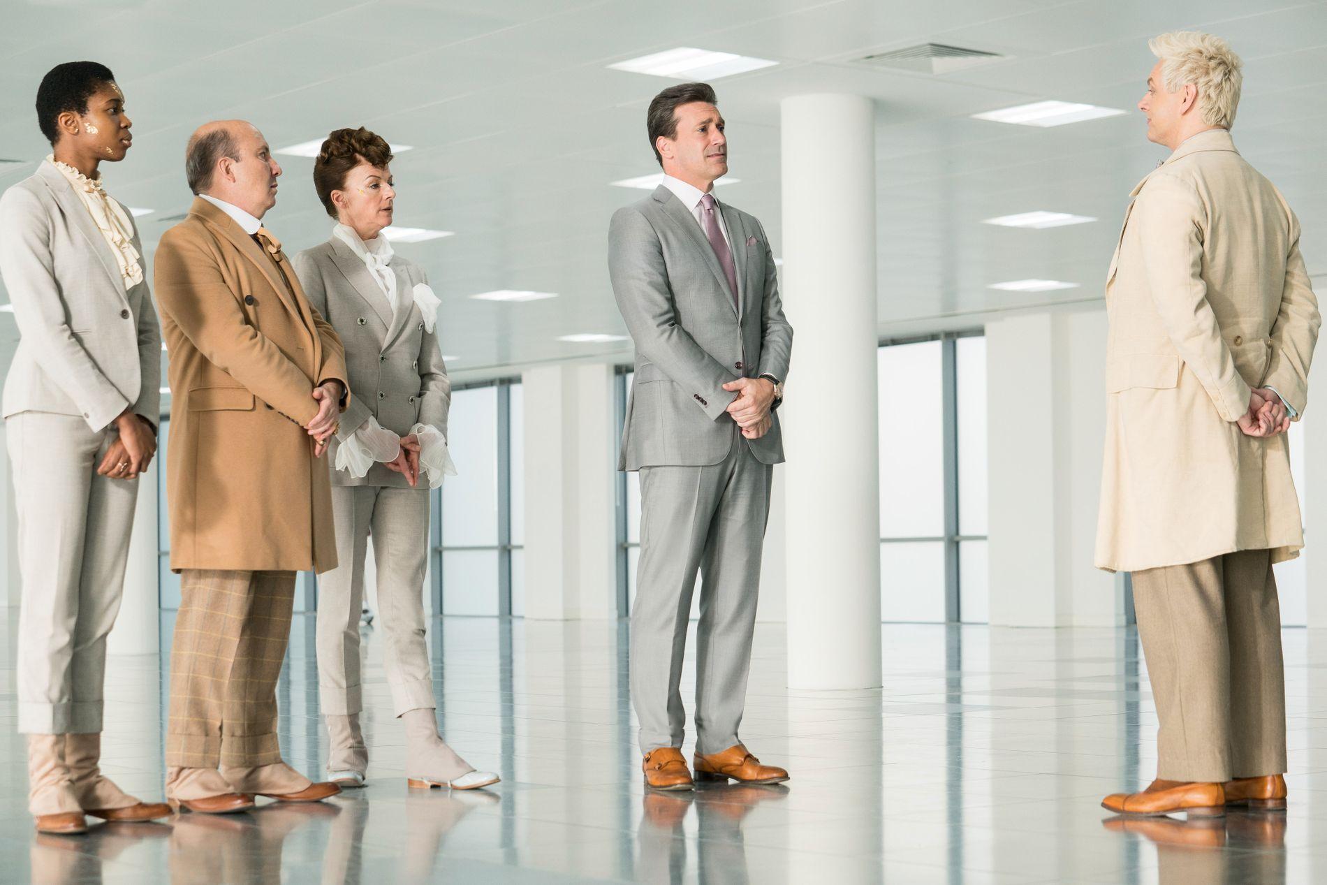 ERKELIG: Erkeengelen Gabriel (Jon Hamm) er spent på hva Aziraphale (Michael Sheen) synes om siste sesong av «Mad Men».
