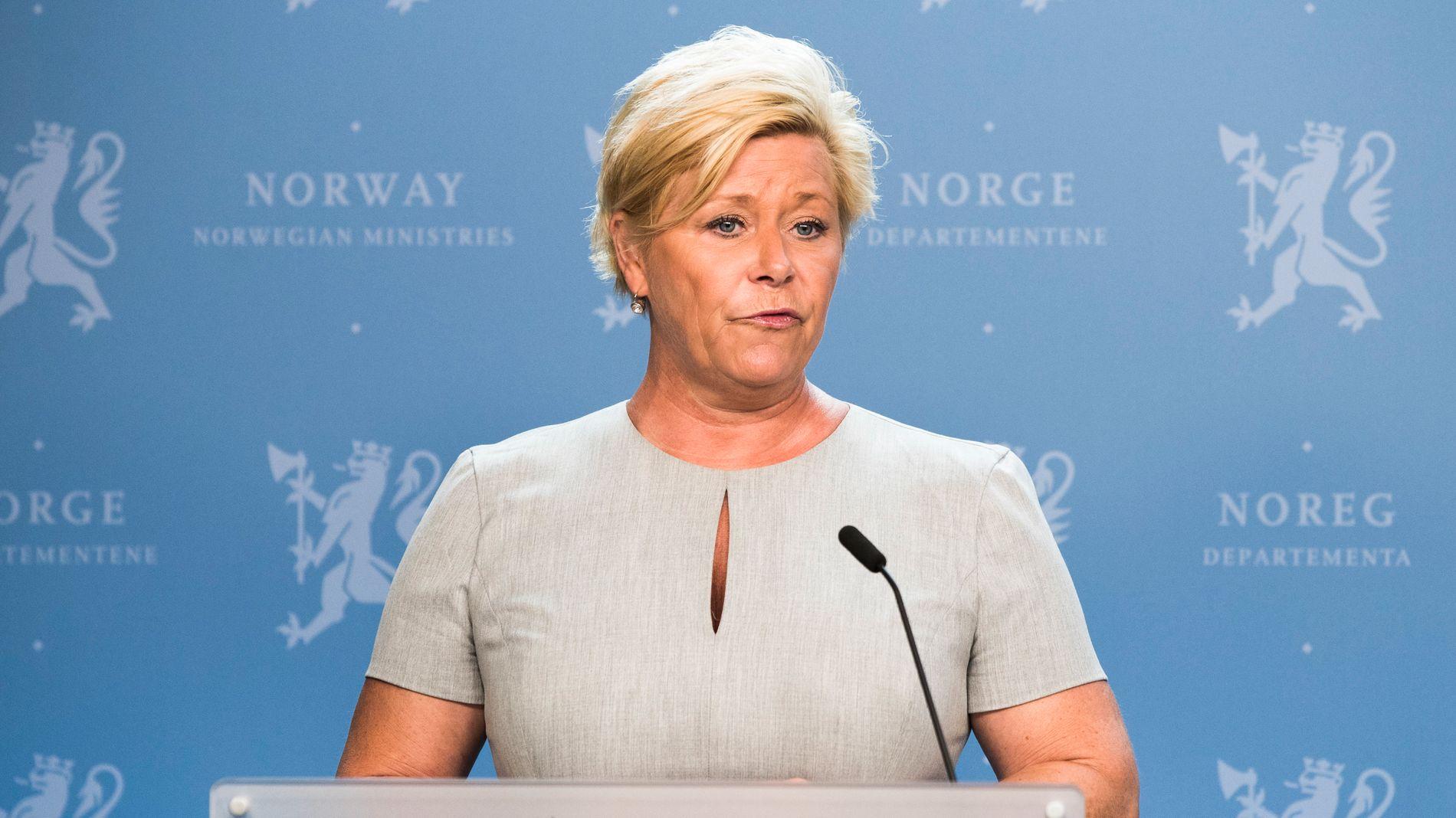 STRAMMER TIL: Finansminister Siv Jensen strammer til kravene til banker som tilbyr forbrukslån. Det betyr at Finanstilsynet kan true med å gi bøter og ta fra bankene konsesjonen, noe det ikke kunne med de retningslinjene som gjaldt tidligere.