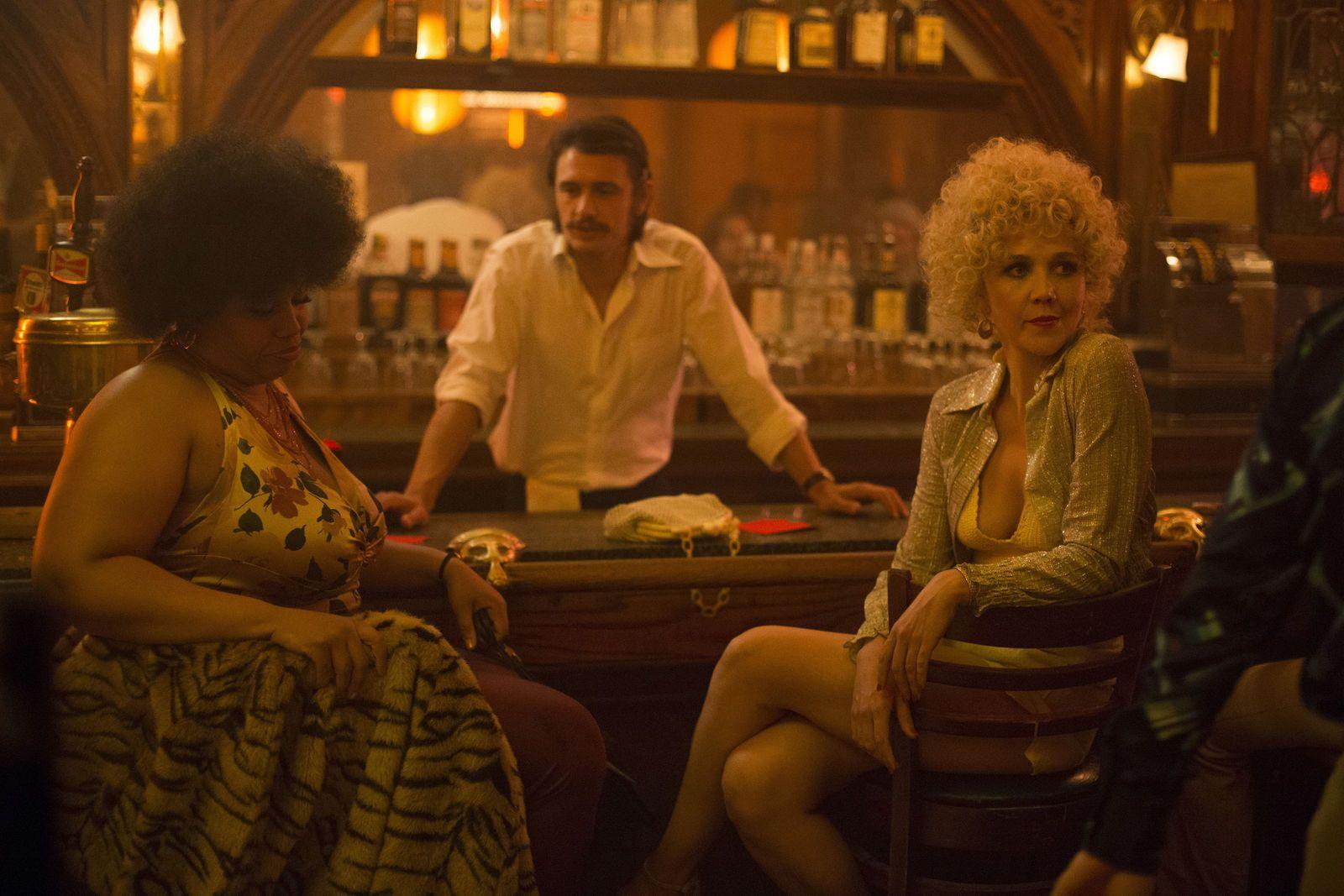 STJERNER: James Franco spiller to roller i «The Deuce», her med Maggie Gyllenhaal t.h. Foto: HBO