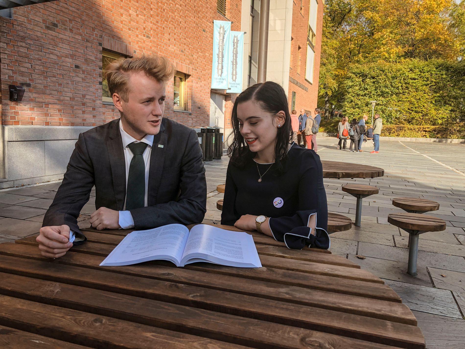 ELEV-LEDER: Agathe Waage er leder i Elevorganisasjonen. På bildet sitter hun sammen med studentleder Håkon Randgaard Mikalsen.