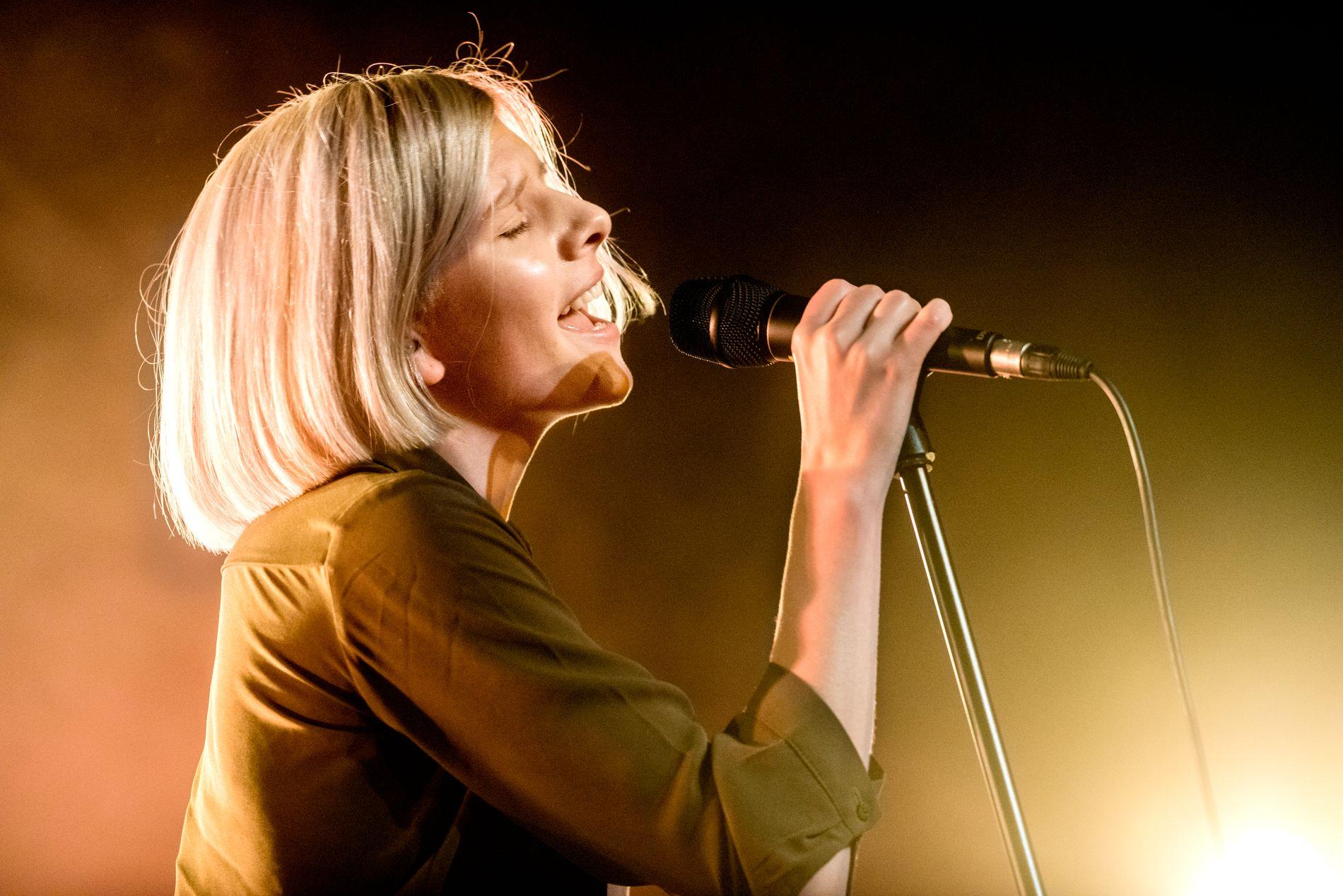 PÅ STAVERNFESTIVALEN: Aurora Aksnes hadde konsert på Stavernfestivalen torsdag kveld.  Dette er fra en tidligere konsert hun holdt på Parkteateret i 2015.