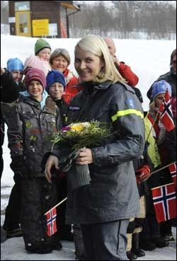 FIKK BLOMSTER: Kronprinsesse Mette-Marit ble møtt av elever fra Myrkdalen skole og barnehage da hun kom til Voss Fjellandsby torsdag morgen. Foto: Scanpix