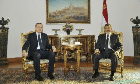 OPTIMISTISKE: Egypts president Mohamed Mursi og Tyrkias statsminister Recep Tayyip Erdogan møtte pressen etter samtaler om Gaza i Kairo. Foto: REUTERS