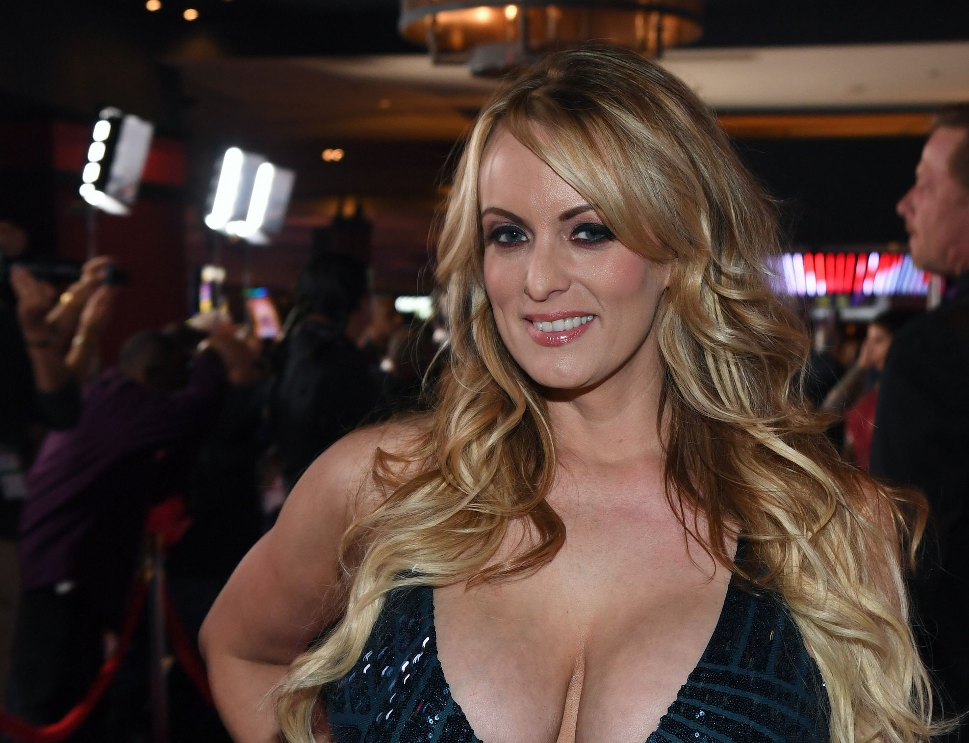 SAKSØKER: Pornoskuespiller Stormy Daniels - her på et bilde fra Las Vegas i januar.