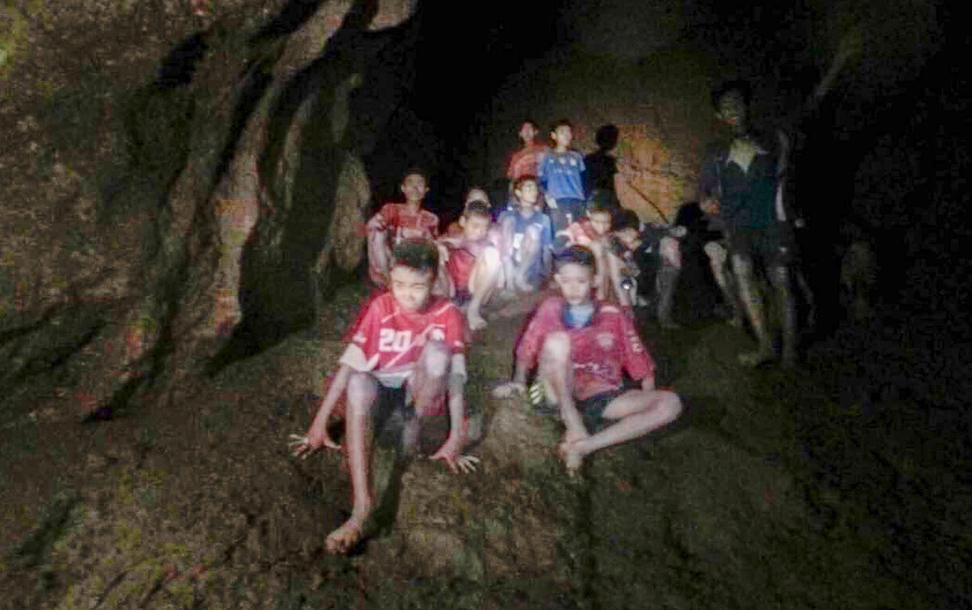 REDDET: 12 gutter og en fotballtrener har sittet innesperret i en grotte i Thailand siden 23. juni. Nå er alle reddet ut.