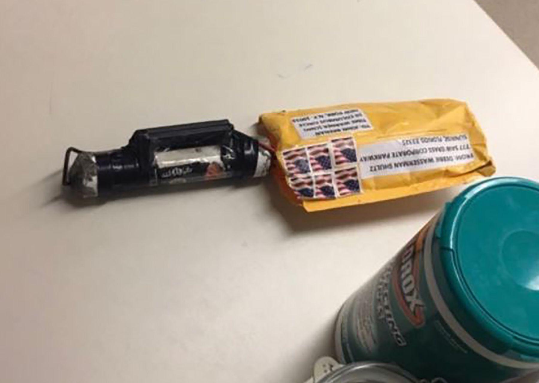 RØRBOMBE: Dette bildet viser pakken som ble sendt til CNN, og som ifølge FBI inneholdt eksplosiver
