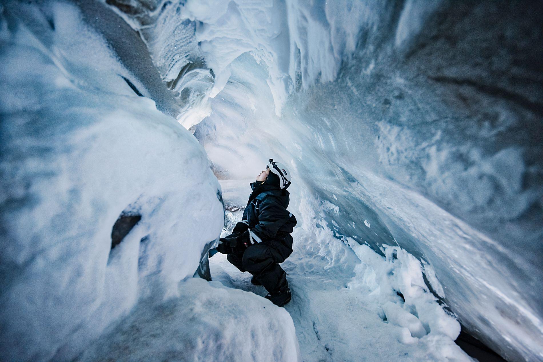 UNDER BREEN: Inne i isgrottene er lyset og stillheten påfallende.