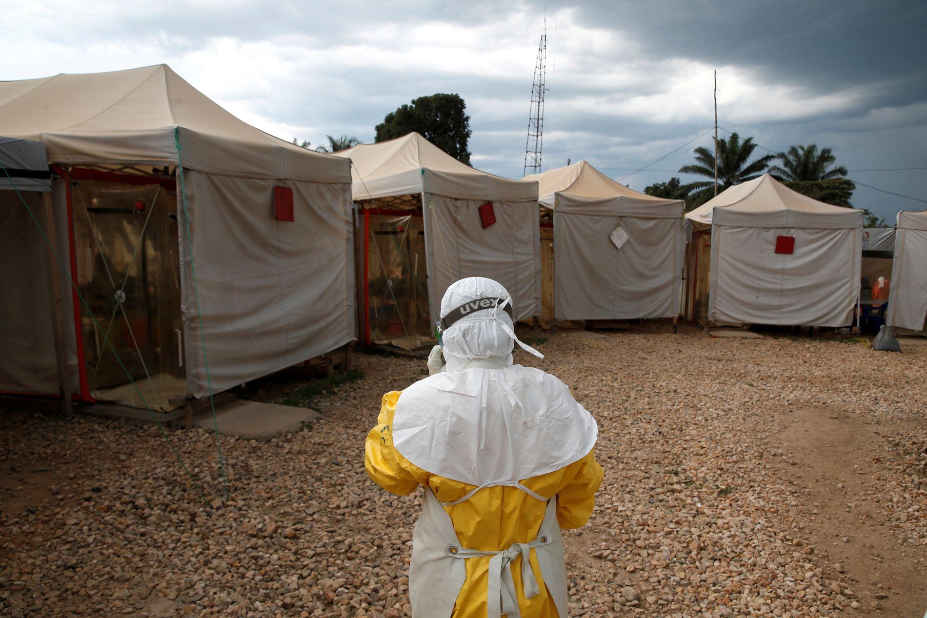 HELDEKKENDE DRAKT: En helsearbeider går mot helsesenteret i Beni i mars i år. I frykt for smitte må arbeiderne bruke en drakt som hindrer all kontakt med de syke.