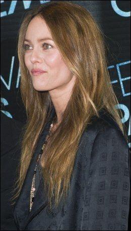 SINGEL: Vanessa Paradis - her alene på filmpremiere i Paris i forrige måned. Foto: AP