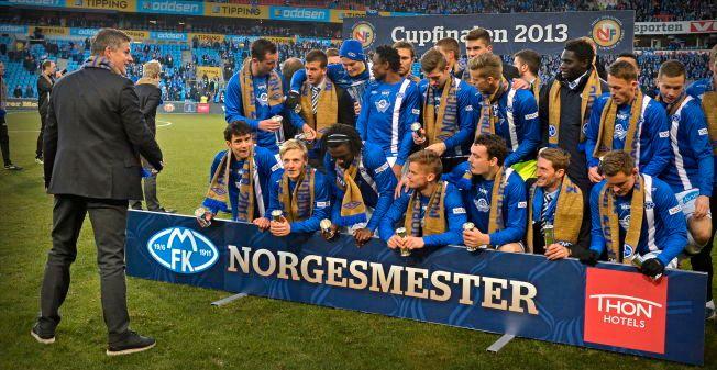 SLO ROSENBORG: Ole Gunnar Solskjær (til venstre) instruerer spillerne sine etter seieren over Rosenborg i cupfinalen på Ullevaal i 2013. Molde vant 4-2. Med på laget var blant andre Mats Møller Dæhli, Ørjan Håskjold Nyland, Even Hovland og Vegard Forren.