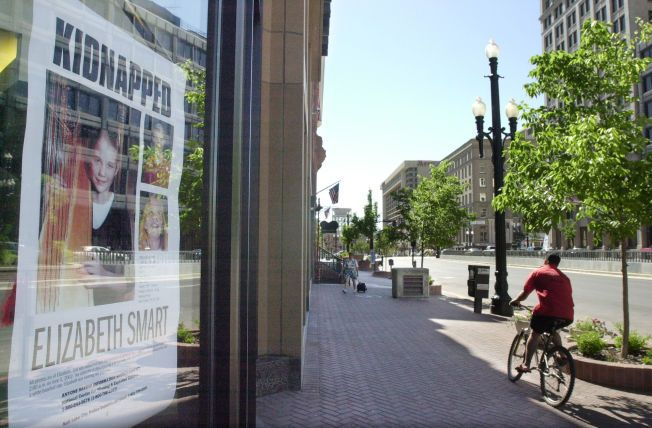 PLAKATER: Hundrevis av mennesker deltok i leteaksjonen etter Elizabeth Smart i Utah i 2002. Store boards ble hengt opp over hele USA.