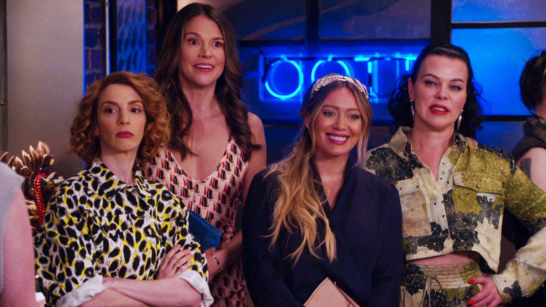 LIVSLØGN: Molly Bernard som Lauren, Sutton Foster som Liza, Hilary Duff som Kelsey og Debi Mazar som Maggie i «Younger»,