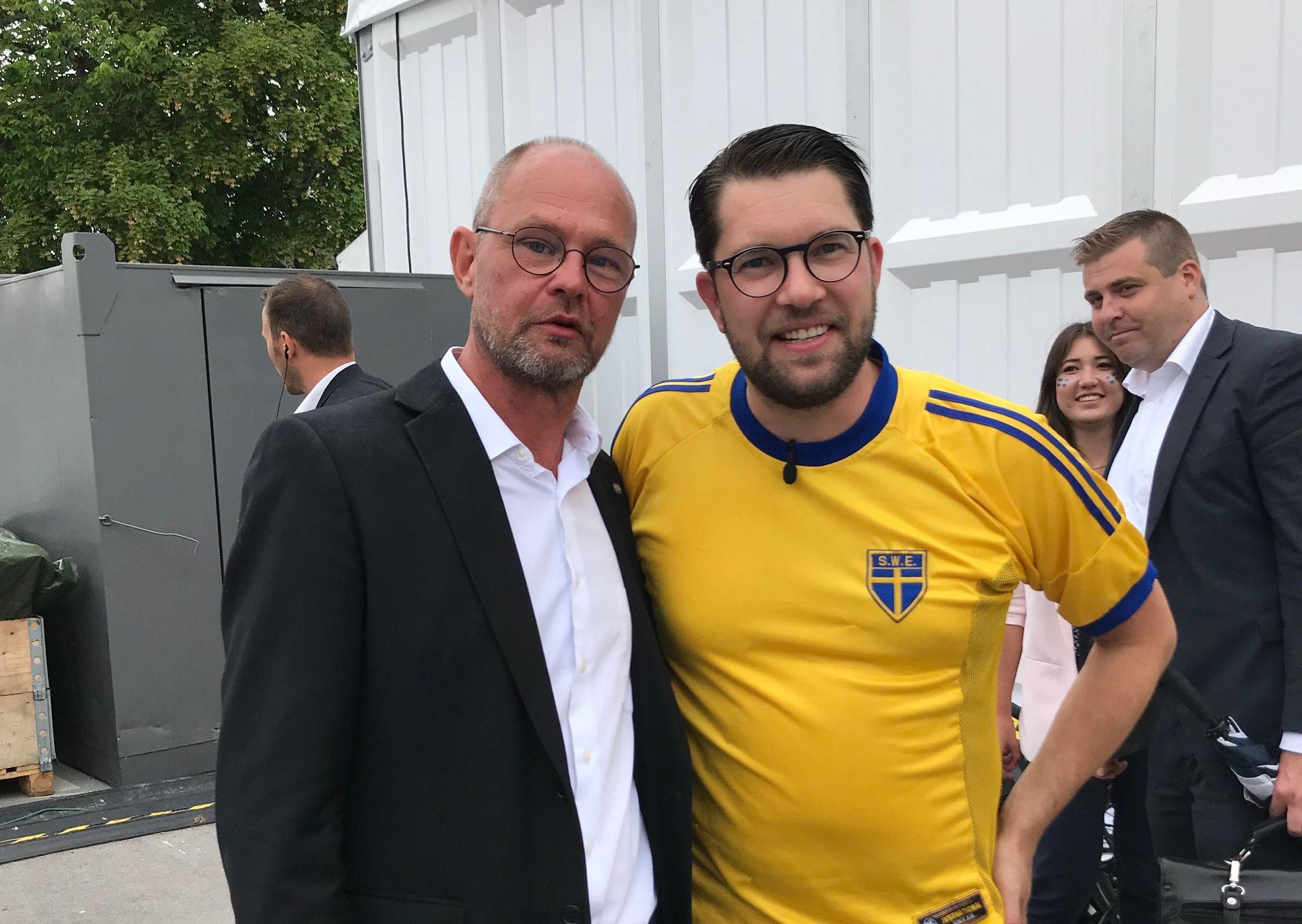 OPTIMISTER: Da VG møtte Jimmie Åkesson (39) tidligere i sommer hadde han tro på seier da han gjorde seg klar til å se Sverige spille mot England. Det gikk dårlig.  Nå er det seier i valgkampen som er fokuset for Sverigedemokraternas leder.  Her sammen med Lars Andersson, en av sine nærmeste medarbeidere.