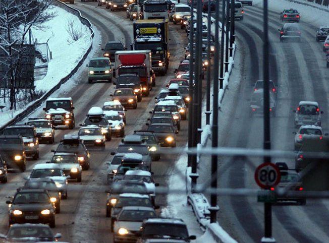 EKSOS PÅ E18: Morgenkø en vinterdag inn mot mot Oslo ved Sandvika i Bærum.