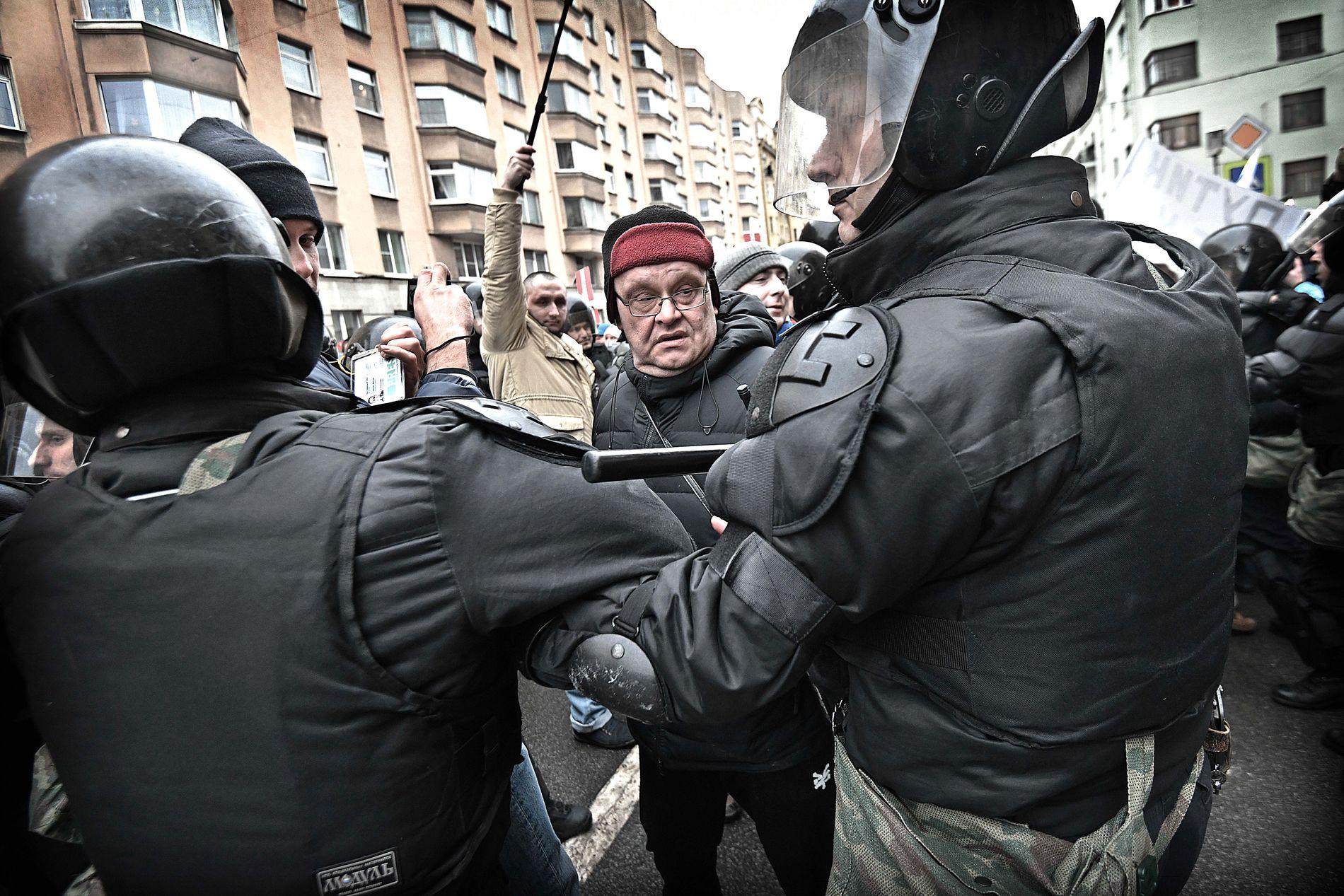 TRUENDE: De noen tusen Navalnyj-velgerne som demonstrerte i St Petersburg var fredelige, men opprørspolitiet så dem likevel som så truende at de stadig brøt inn.