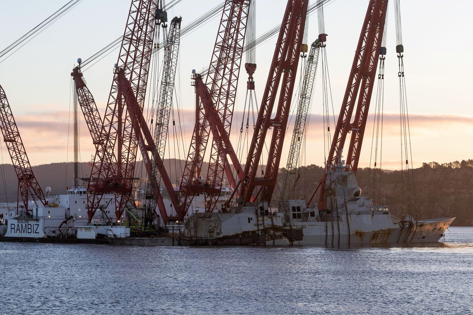 VED HANØYTANGEN: Hevingsledelen har smul havn og kan fortsette uten problemer med havdønning og vind ved Hanøytangen. Det ventes at fregatten er ferdig hevet i morgen fredag, og kan transporteres til Haakonsvern.