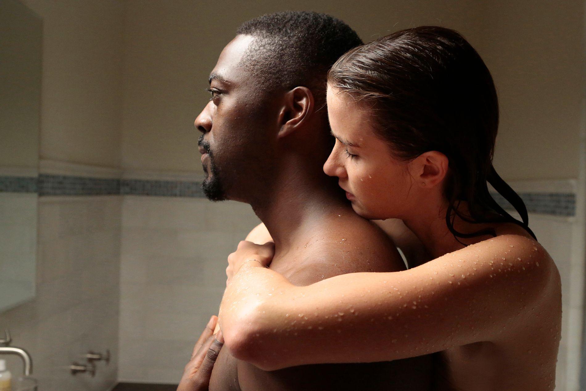 SCI-FI: David Ajala som Burton og Anna Wood som Olivia i «Falling Water». Foto: Giovanni Rufino/USA Network