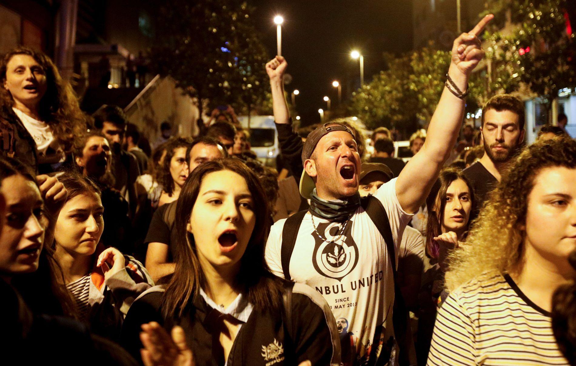 PROTESTERTE: Det var spredde protester mot valgresultatet i Istanbul, natt til mandag.