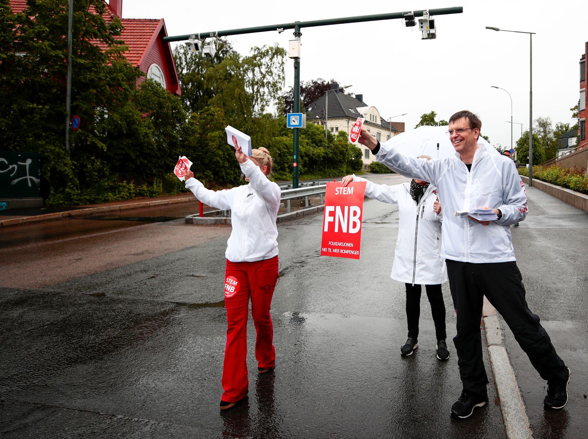 FØRSTEKANDIDAT: Bjørn Revil, til høyre, er Folkeaksjonen Nei til mer bompenger sin førstekandidat ved lokalvalget i Oslo. Her deler han ut informasjonsmateriell sammen med partikollega Cecilie Lyngby.
