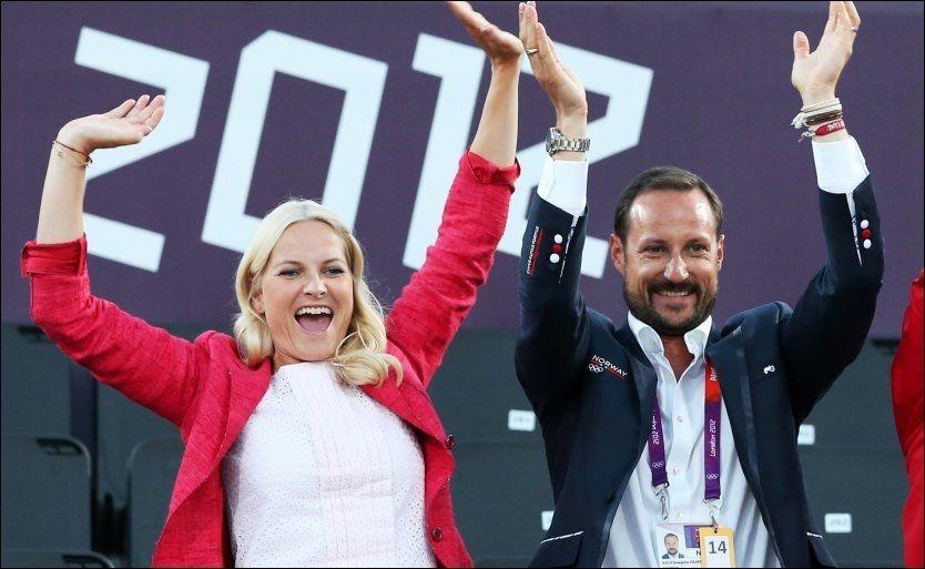JUBLER: Kronprinsesse Mette-Marit og kronprins Haakon er blant dem som engasjerer seg for sommer-OL i London. Her er de under sandvolleyballkampen mot Brazil. Foto: Erik Johansen, NTB Scanpix.