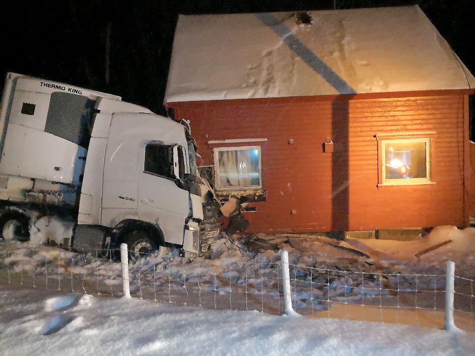 AV VEIEN: Det utenlandske vogntoget smalt inn i husveggen etter å ha kjørt av veien.