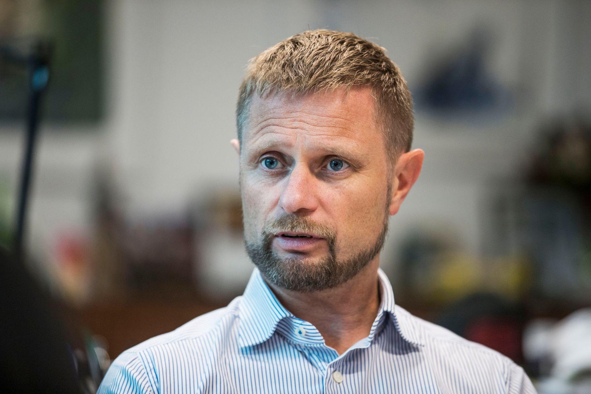 SVÆRT FORNØYD: Helse- og omsorgsminister Bent Høie (H) er veldig fornøyd med å ha nådd de nasjonale målene for innføringen av pakkeforløp for kreftpasienter. Nå vil han jobbe for å minske variasjonene.
