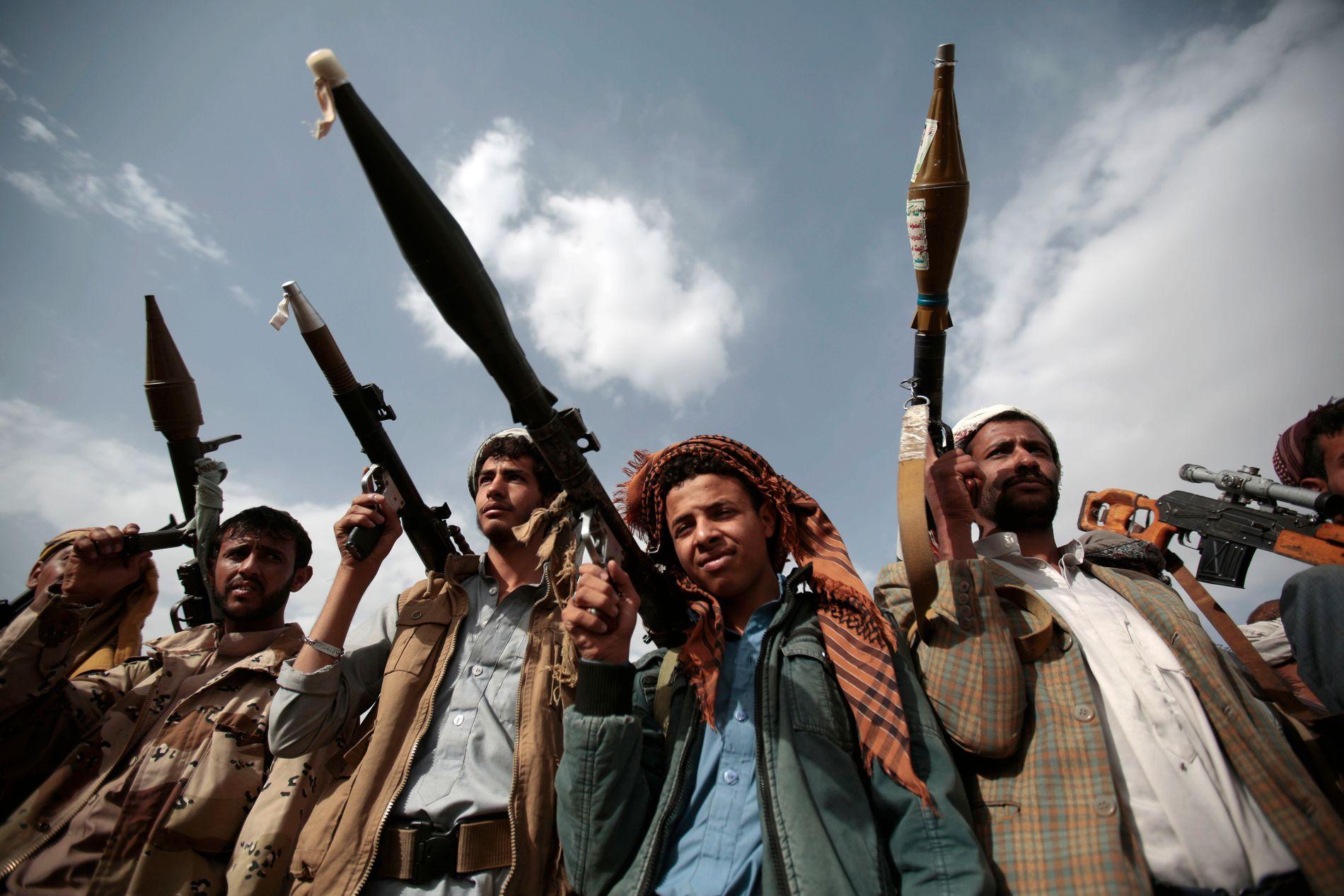 I KRIG: Krigere lojale til Houthi-bevegelsen poserer med sine våpen i Jemens hovedstad Sanaa, 2016.